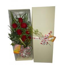 Rosas vermelhas em caixa decorada