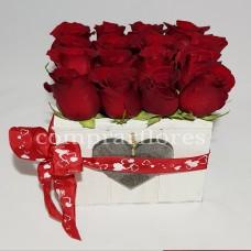 Cubo de Rosas Vermelhas com Amor